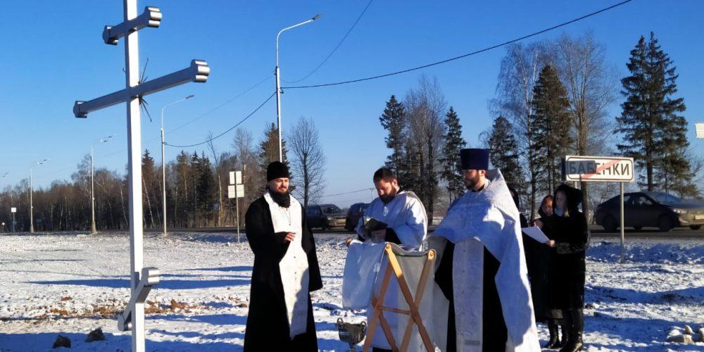 В Бабенках освятили поклонный крест на месте строительства будущего храма